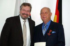 Günter Nupnau, wurde das Verdienstkreuz am Bande des Verdienstordens verliehen. (v.l. Andreas Statzkowski, Günter Nupnau). Foto: privat.