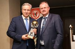 Klaus Wowereit nimmt den Goldenen Fußball von BFV-Präsident Bernd Schultz entgegen. Foto: Jürgen Engler