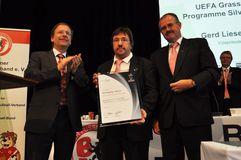Gerd Liesegang erhält UEFA Ehrung. Foto: F. Rein