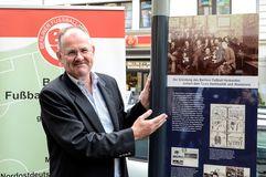BFV-Präsident Bernd Schultz freut sich über die erste Tafel der FUSSBALL ROUTE BERLIN. Foto: sr pictures Sandra Ritschel