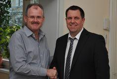 Bernd Schultz begrüßt Matthias Auth im Kreis des Präsidiums. Foto: Kevin Langner