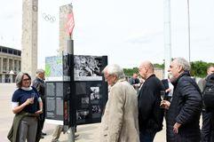 Zahlreiche Journalisten und Gäste fanden sich bei der Enthüllung der neuen Informationstafel am Olympiastadion ein. Foto: sr Pictures Sandra Ritschel.