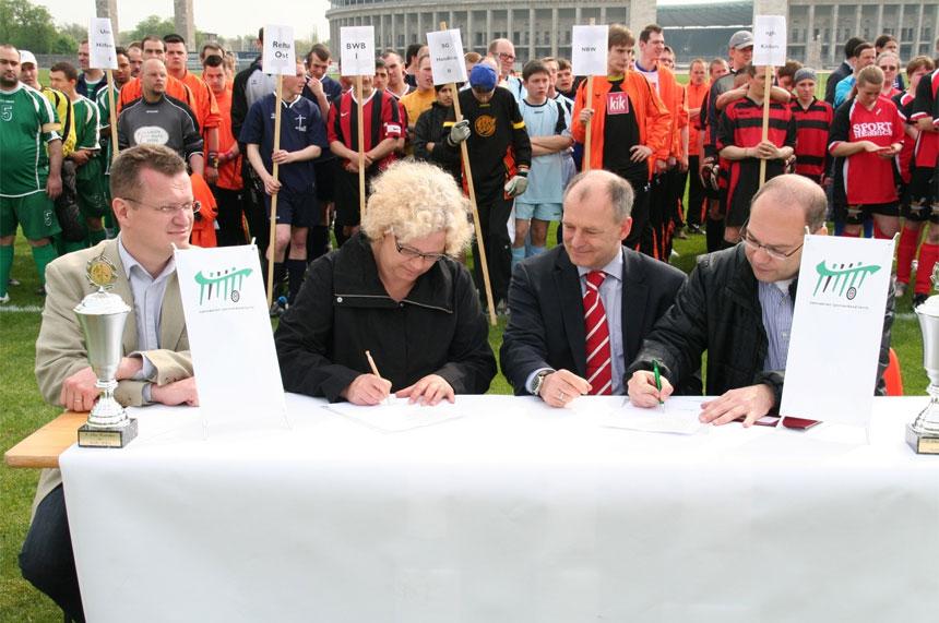 Der Behinderten Sportverband Berlin (BSB) und der Berliner Fußball-Verband (BFV) unterzeichnen Kooperationsvereinbarung. Foto: Reinhard Tank.