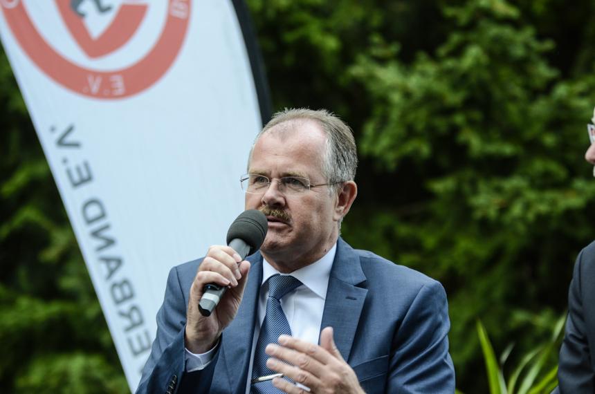 Bernd Schultz bei seiner Rede während der BFV-Meisterehrung 2014. Foto: sr pictures Sandra Ritschel